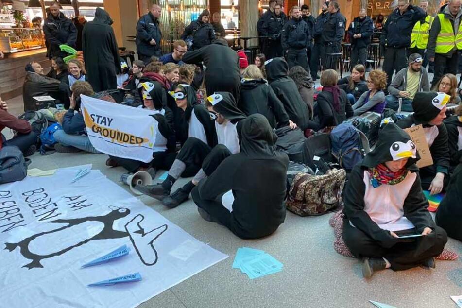 Erste Teilnehmer sorgten bereits am Vormittag für eine Blockade.