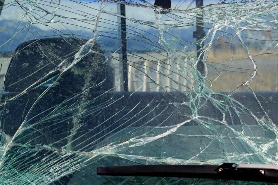 Der Gegenstand traf das Auto an der Windschutzscheibe (Symbolbild).