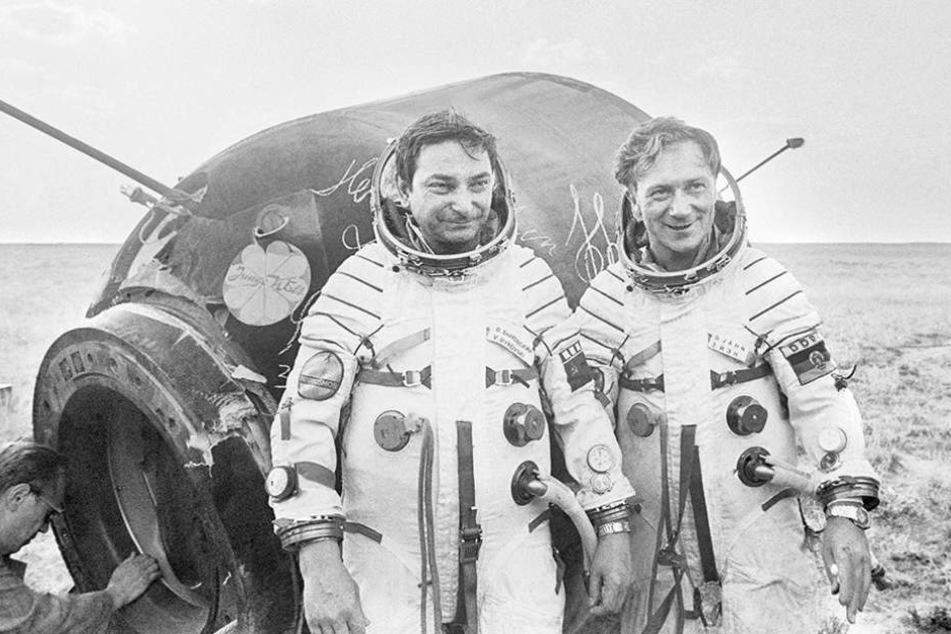 Oberstleutnant Sigmund Jähn und der Kommandant Oberst Valerij Bykowski nach der  Landung.