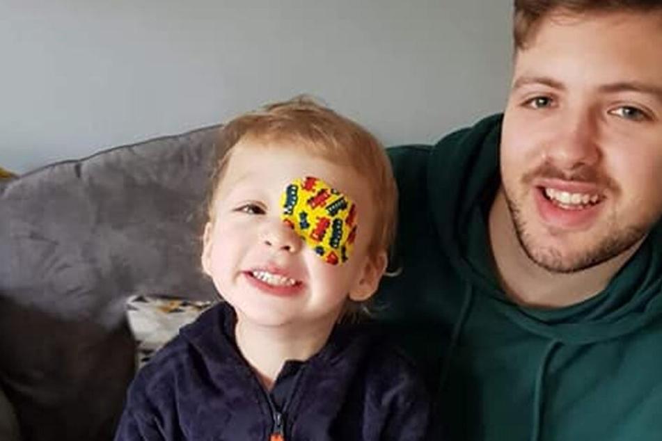 Jaxson und Vater Owen grinsen in die Kamera.