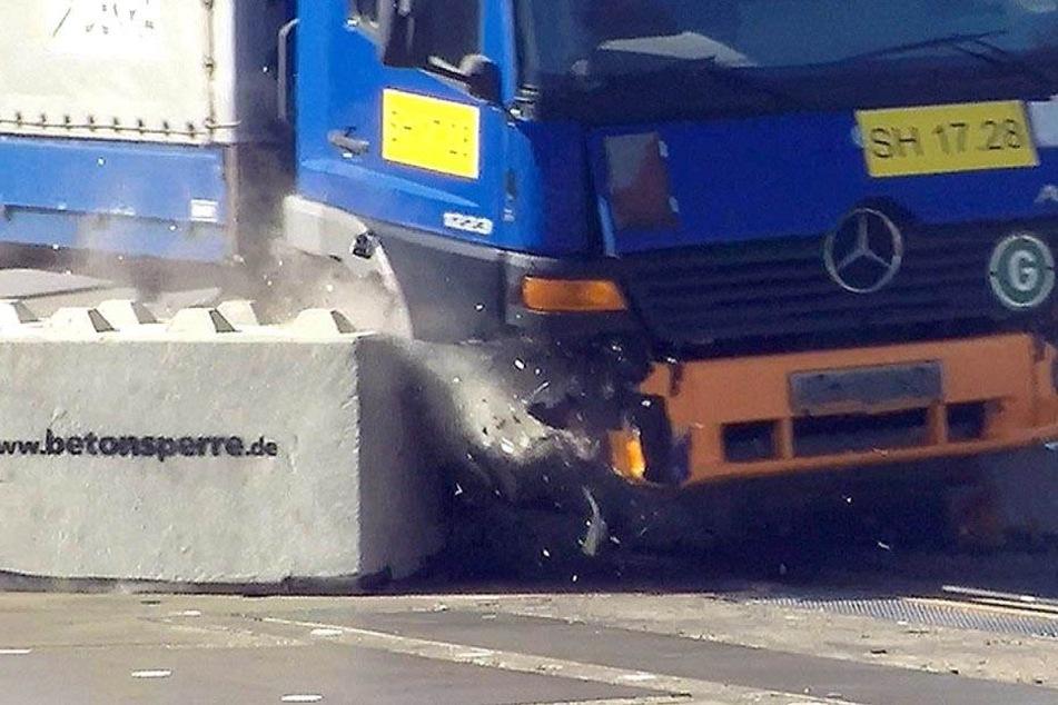 Der Lkw hat die Beton-Blöcke beim Dekra-Test nahezu mühelos beiseite geschoben.