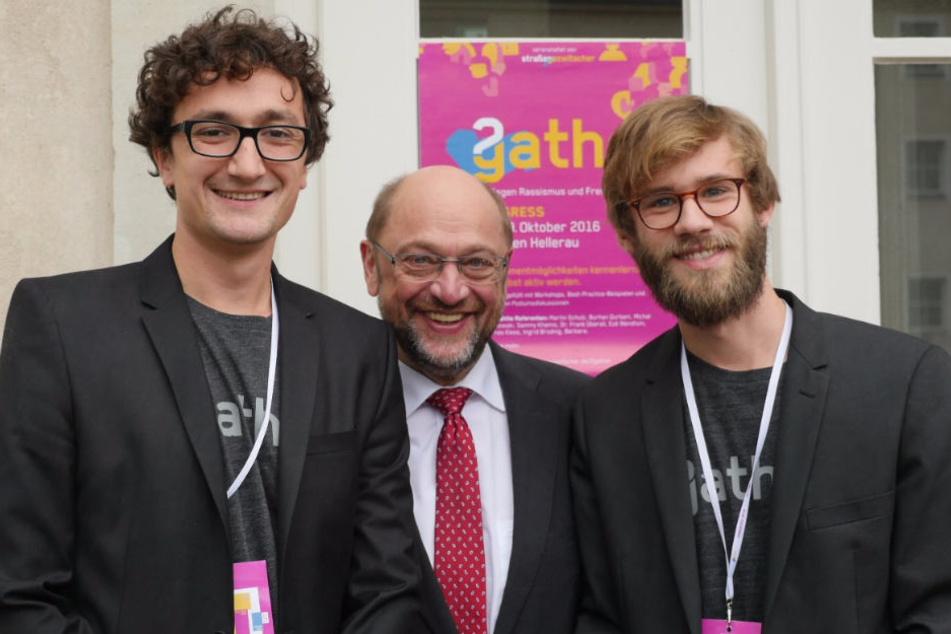Martin Schulz (60, SPD, Mi.) mitJohannes Filous (27) und Alexej Hock (27).
