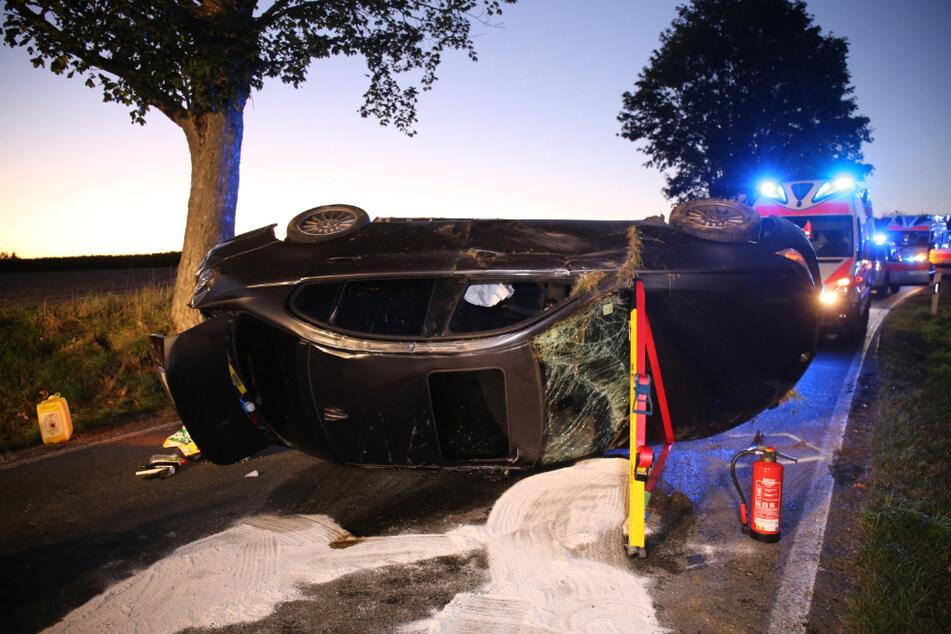 Das Auto überschlug sich und blieb auf der Straße liegen.