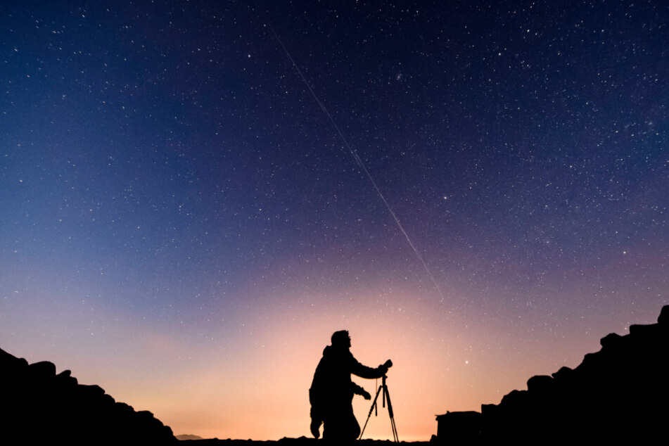 Die Satelliten bilden am Himmel eine Linie.