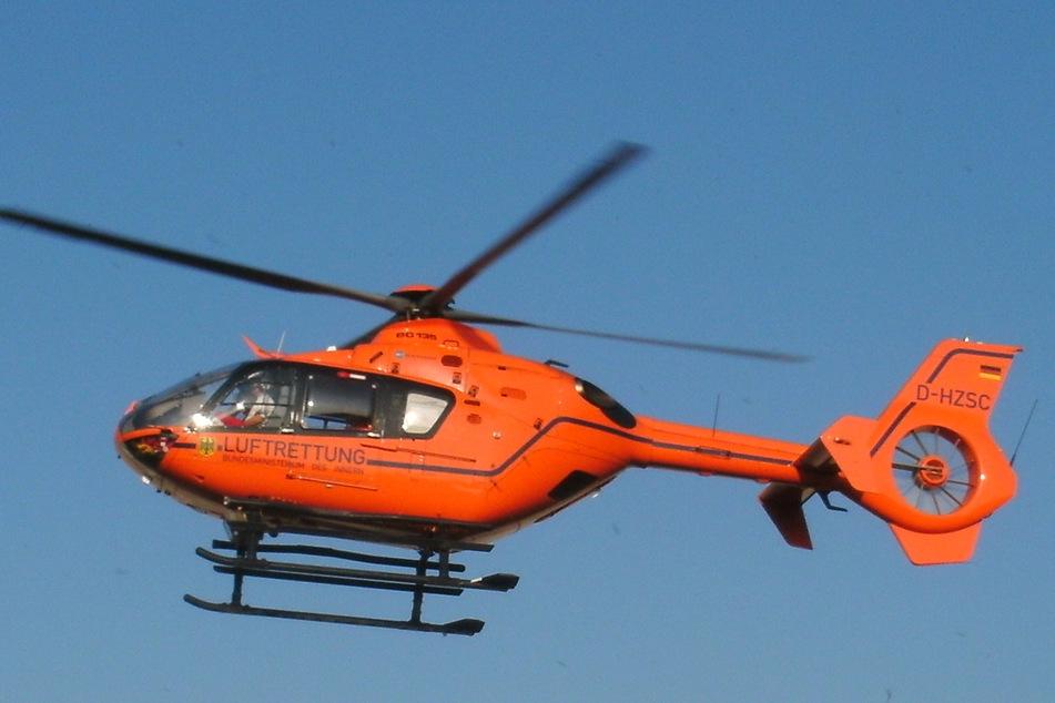Der schwerverletzte Motorradfahrer wurde mit einem Rettungshubschrauber in eine Klinik geflogen.