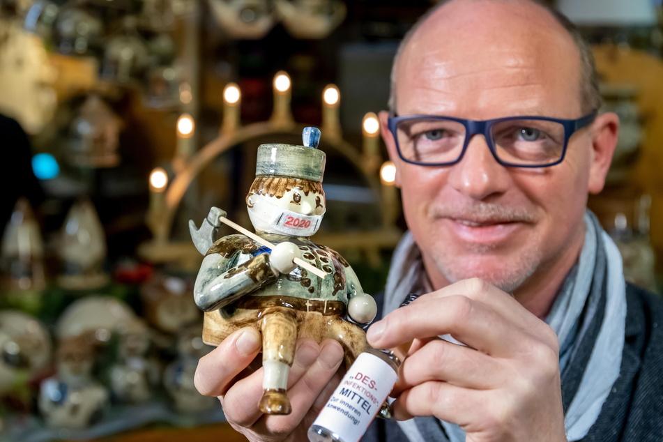 Jens Böttger (52), Chef von Heyde Keramik aus Jahnsdorf, hat dem Bergmann-Kantenhocker Mundschutz und Desinfektionsmittel verpasst.