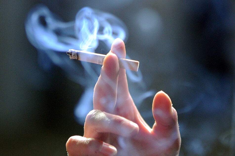 Ein Raucher hält eine Zigarette. (Symbolbild)