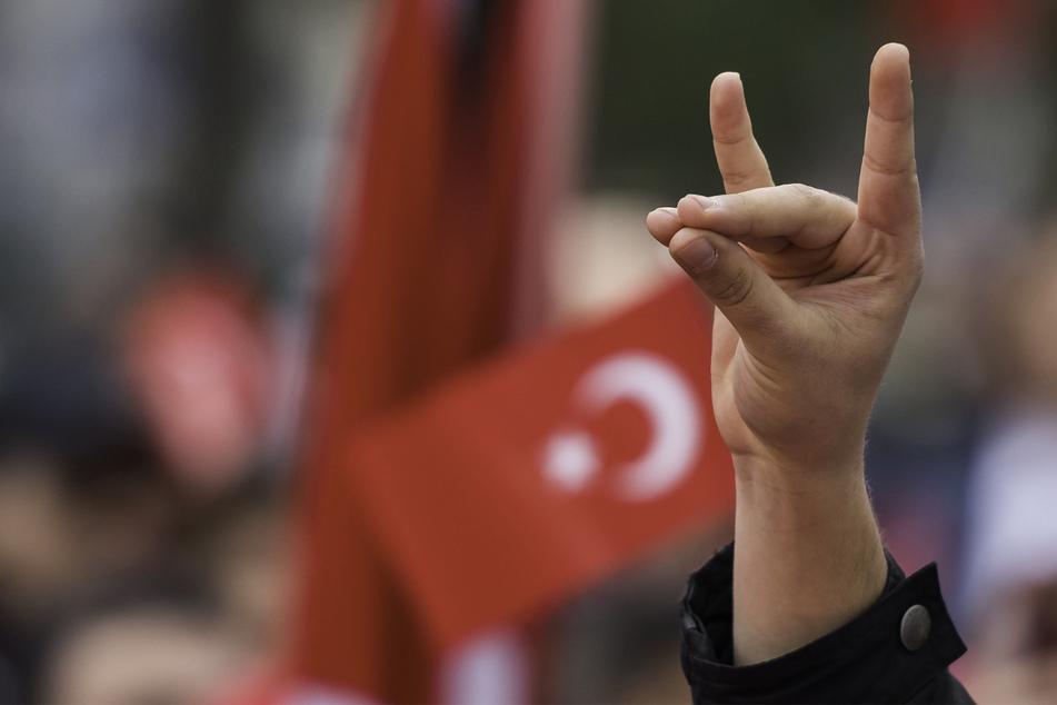 """Eine Hand zeigt den """"Wolfsgruß"""" der Grauen Wölfe während einer Pro-Türkischen Demonstration. Graue Wölfe ist die Bezeichnung für die ultranationalistische Bewegung aus der Türkei. (Archivbild)"""