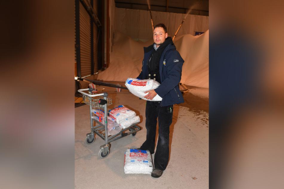 Ludwig Lehmann (31) mit den Säcken voller Brezelsalz, das die Maschinen zur Schnee-Produktion brauchen.