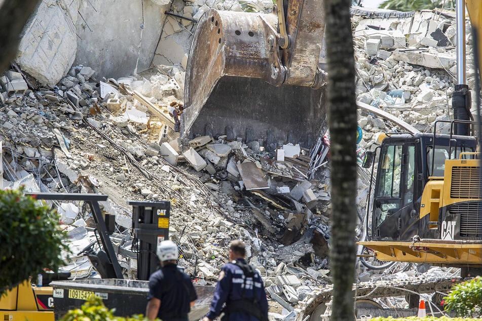 Bagger graben sich durch die Trümmer der Champlain Towers South in Surfside.