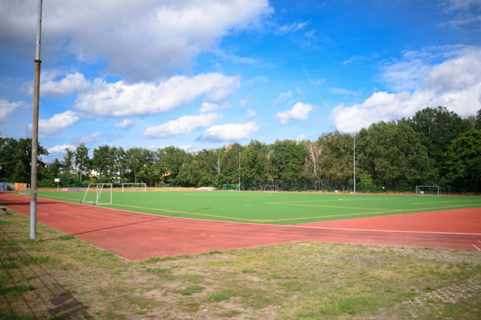 Ein leerer Sportplatz. Der Spielbetrieb steht in den meisten Sportvereinen seit langem still.