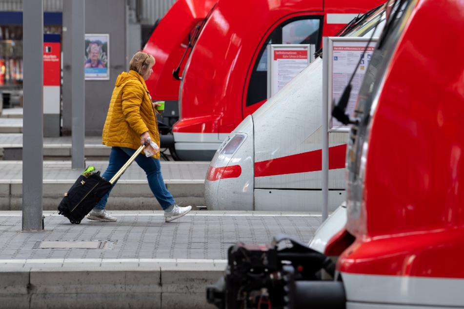 Reisende sollen im öffentlichen Nahverkehr nach Möglichkeit auf digitale Fahrkarten umsteigen.