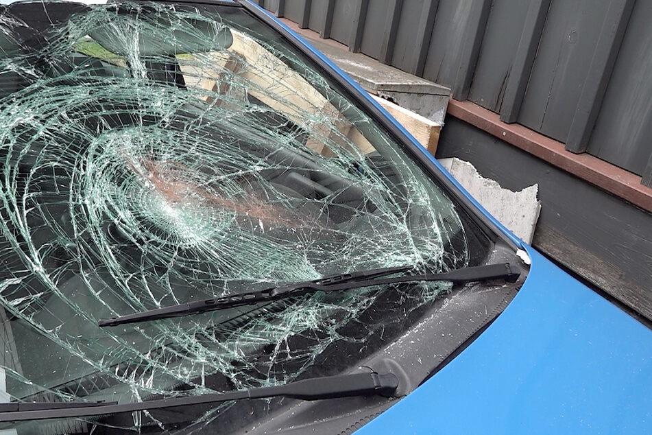 Der zuerst getroffene Kleinwagen erfasste eine Mutter mit ihrem Kind, beide wurden verletzt in ein Krankenhaus gebracht.