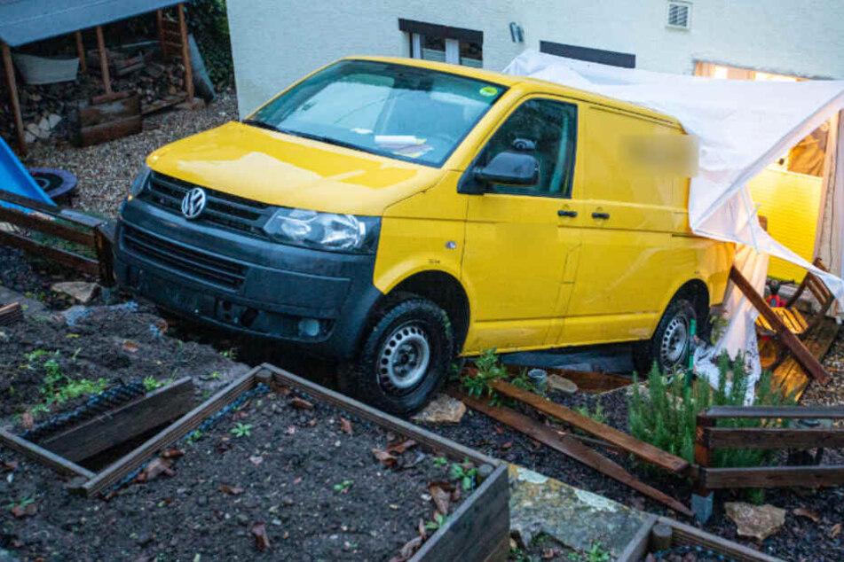 Transporter rollt Böschung runter und knallt gegen Haus