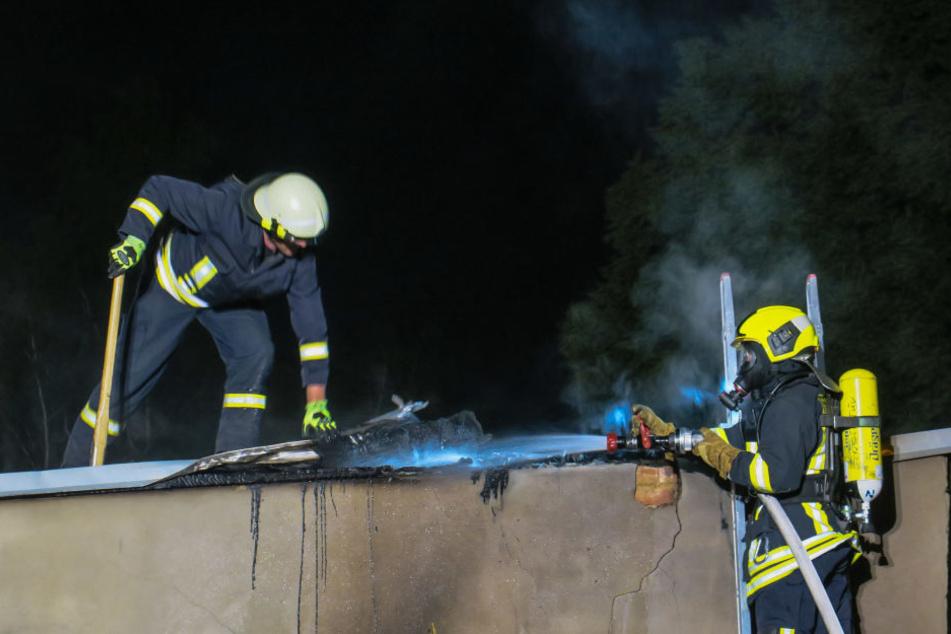 Die Feuerwehr musste das Dach der Garage öffnen, um alle Glutnester zu finden.