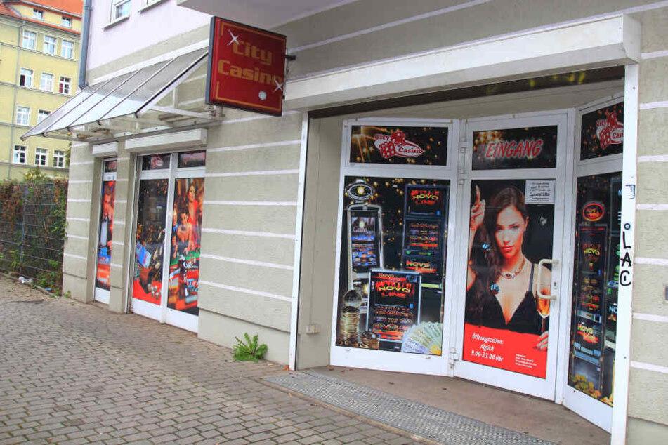 Zwei bewaffnete Männer überfielen das City Casino auf derDr.-Friedrich-Wolf-Straße.