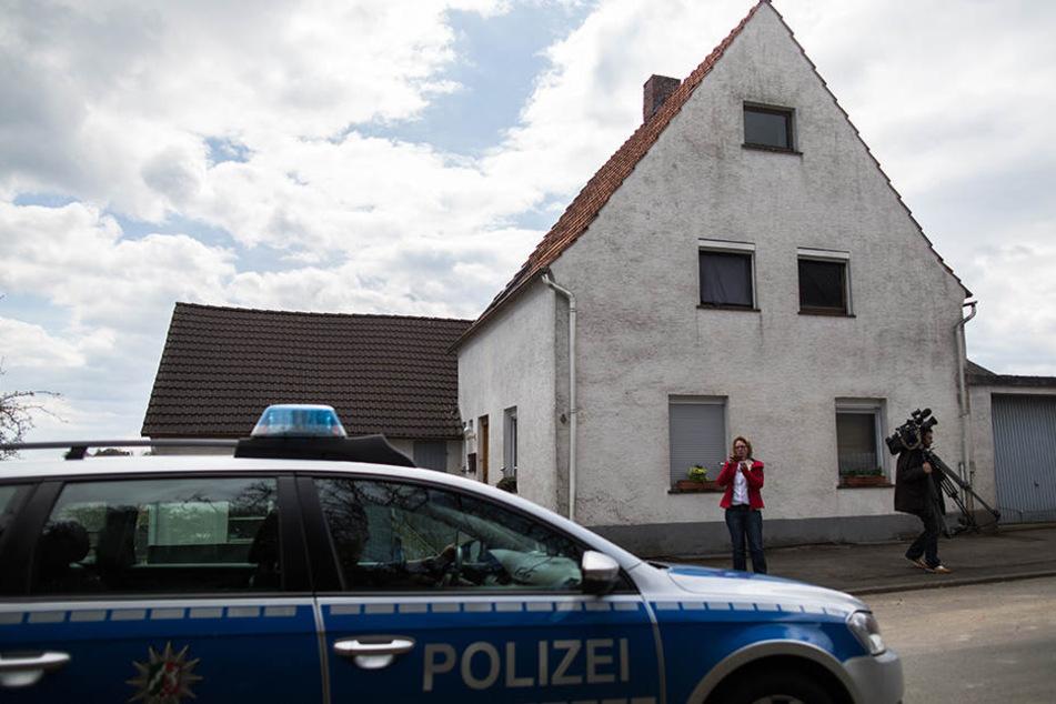 """Vor dem """"Horror-Haus"""" in Höxter steht Ende April 2016 ein Streifenwagen."""