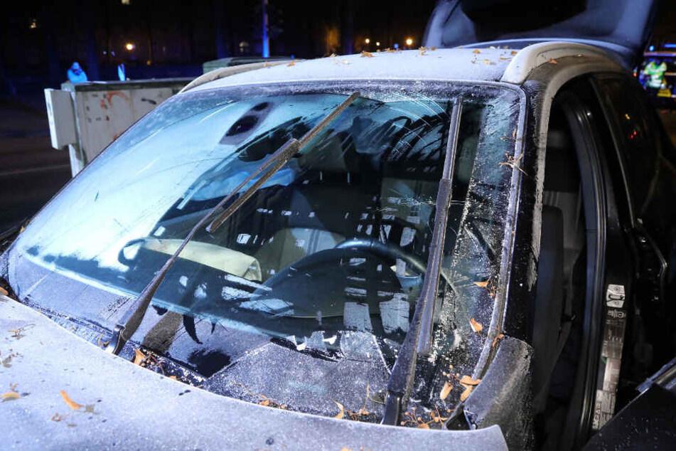 Die Frontscheibe des Autos war nur zur Hälfte freigekratzt.