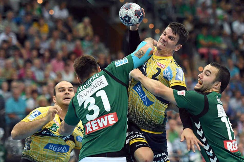 Andy Schmid (am Ball) traf acht Sekunden vor dem Ende zum glücklichen Sieg für die Rhein-Neckar Löwen