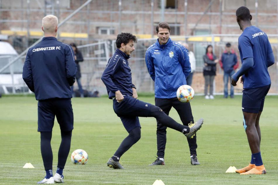 Patrick Glöckner (2.v.r) beim Training mit seinen Jungs. Am Ball Philipp Hosiner.