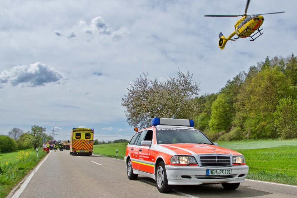 Der schwer verletzte Motorrad-Fahrer wurde mit dem Rettungshubschrauber in eine Klinik geflogen.