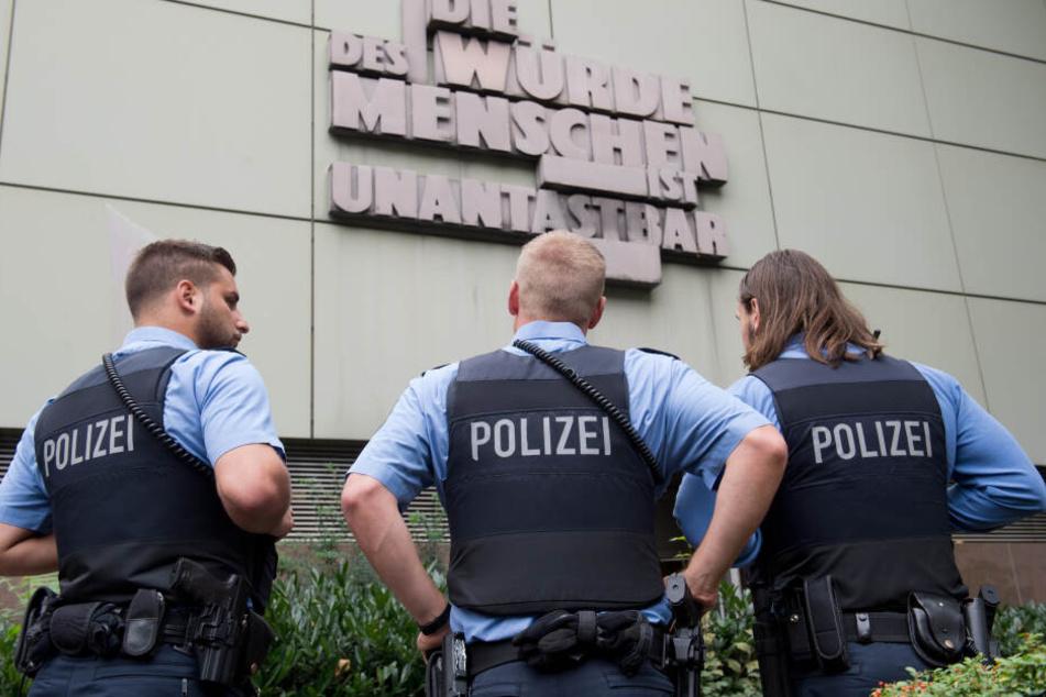 Insgesamt sechs Beamte des Frankfurter Kommissariats 43 sollen vor dem Haus des observierten Gefährders angerückt sein (Symbolbild).