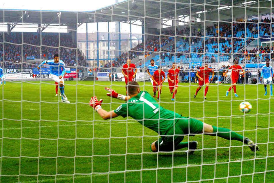 CFC-Torjäger Philipp Hosiner (l.) trifft gegen Kaiserslauterns Torhüter Lennart Grill per Elfmeter.