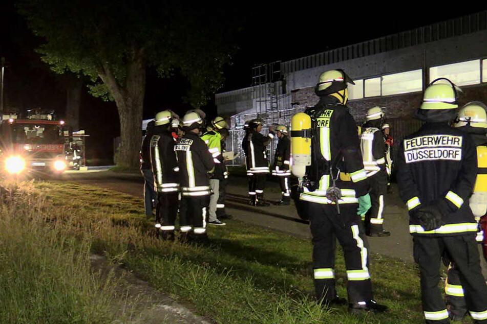 60 Einsatzkräfte wurden in der Nacht zum Freibad in Lörick gerufen.
