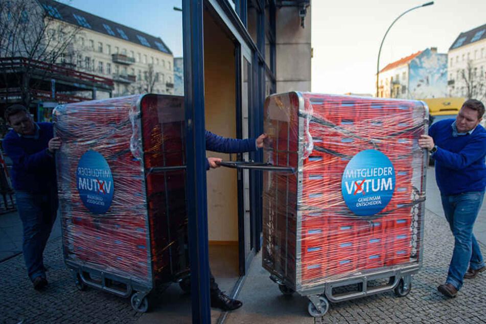 Wertvolle Fracht! Die Briefe der SPD-Mitglieder sind angekommen.