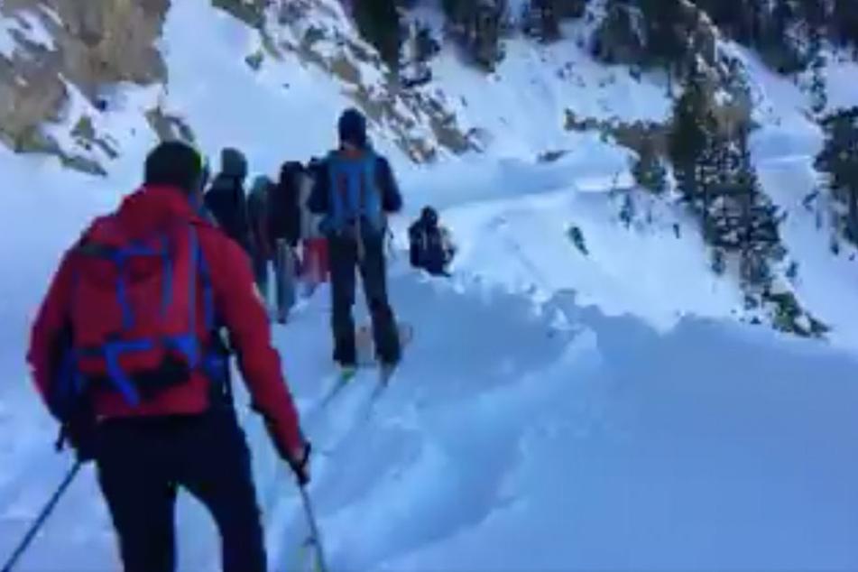 Flüchtlinge überqueren die Alpen in Jeans und Turnschuhen, dann passiert Unglaubliches