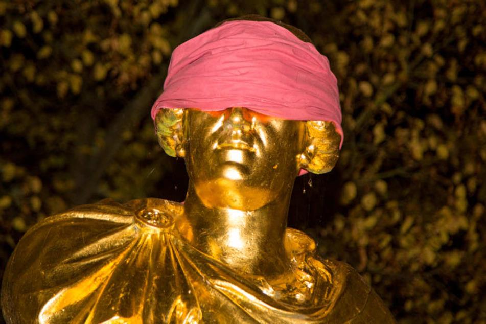 Über Nacht wurde König Friedrich August eine Augenbinde aufgesetzt.