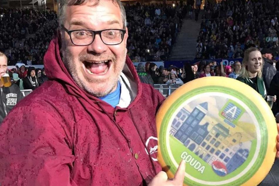 Entertainer Elton freute sich, Pink den Käse-Laib zu überreichen.