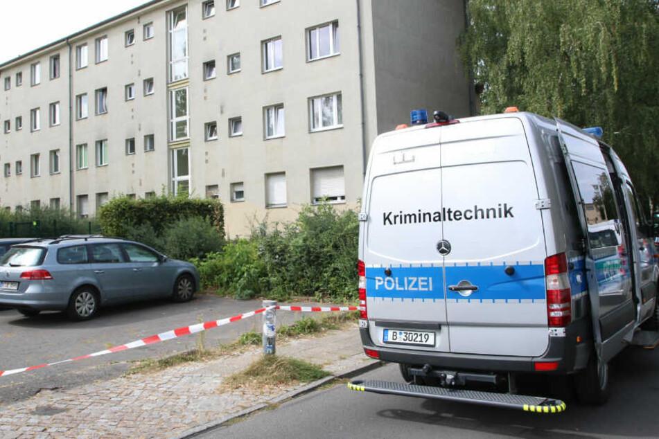 Ein Polizeiwagen der Kriminaltechnik steht vor dem Haus.