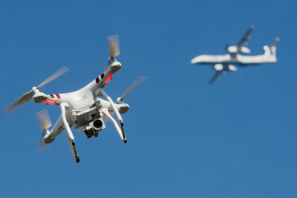 Viele Menschen unterschätzen die Gefahr, wenn sich eine Drohne einem Flugzeug nähert. (Symbolbild)
