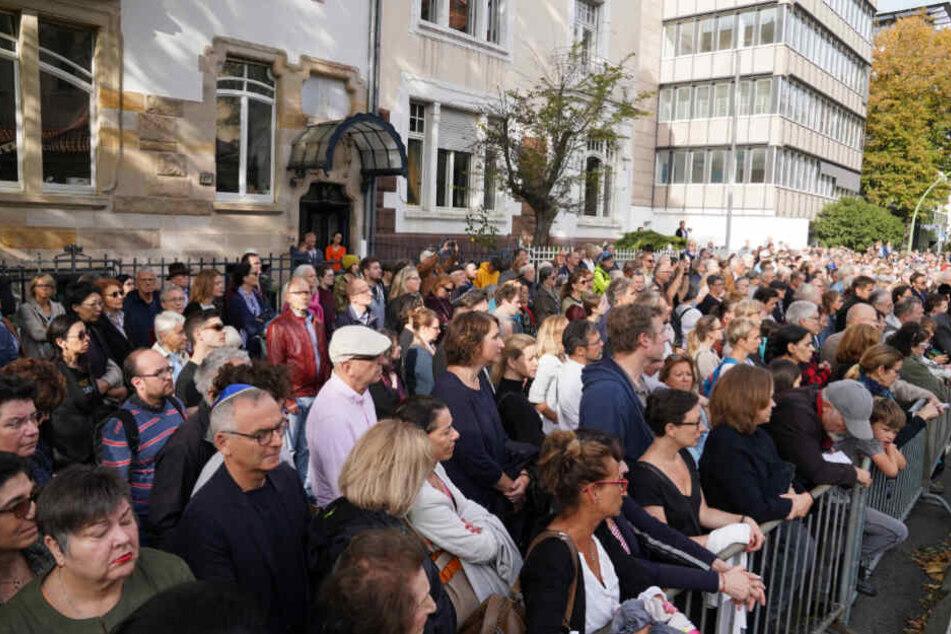Hunderte Menschen nahmen an der Gedenkveranstaltung in Frankfurt teil.