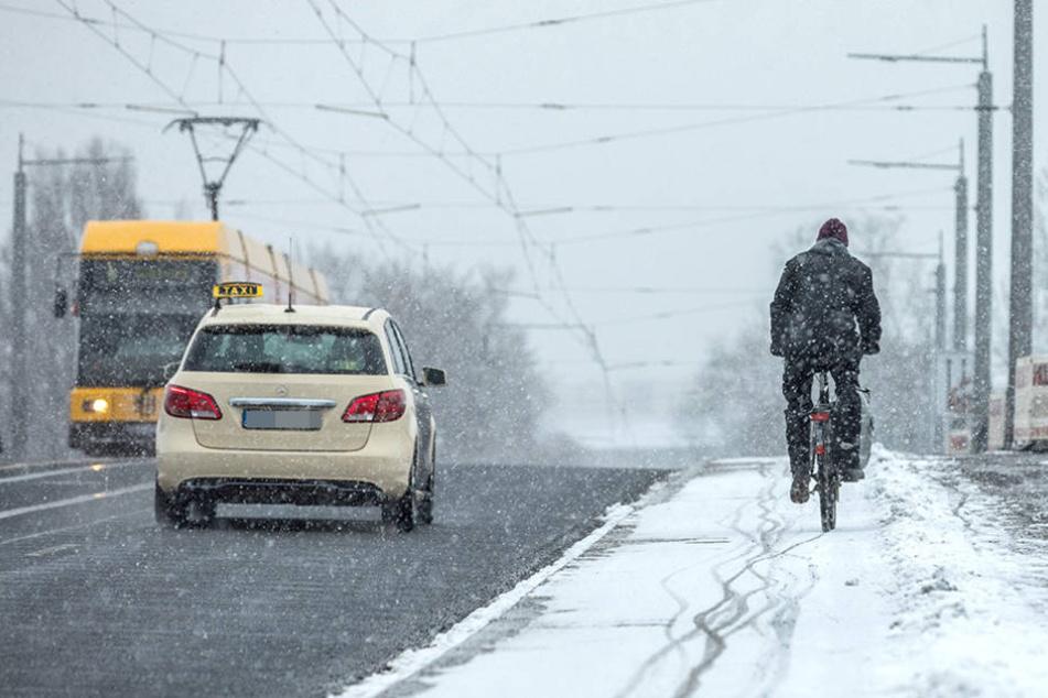 Straße frei - Radweg voller Schnee: Bilder wie diese auf der Albertbrücke  sollen sich 2018 nicht wiederholen.
