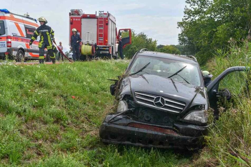 Ordentlich demoliert steht der Mercedes-SUV im Seitengraben im Magdeburger Stadtteil Prester.