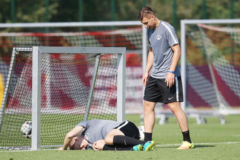 Im September 2016 verletzte sich Klostermann (am Boden) ohne Fremdeinwirkung. Willi Orban kümmerte sich damals sofort um ihn.