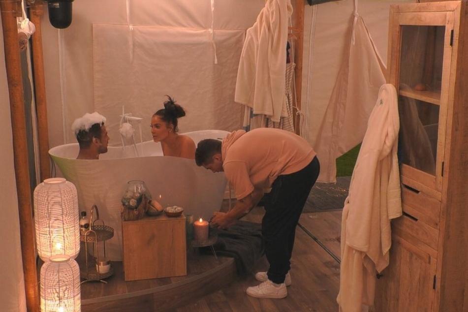 Joey kümmerte sich ganz liebevoll um die Turteltauben, verwandelte das Badezimmer in einen romantischen Spa-Bereich.