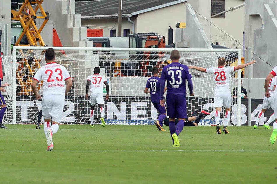 Marcel Sobottka trifft zum 2:0 für Düsseldorf.
