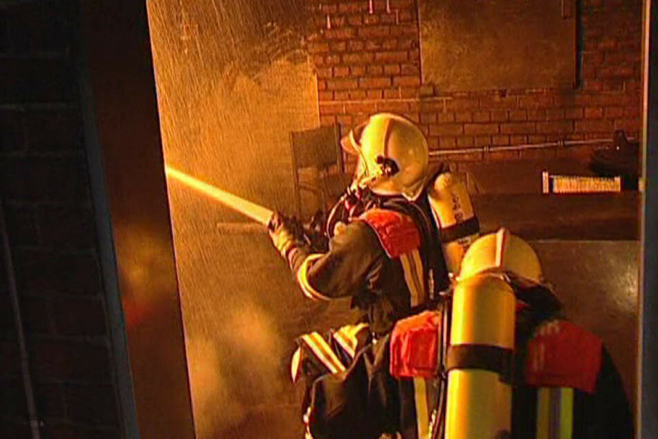Die Feuerwehrmänner könnten den Brand an der Filteranlage nach einer dreiviertel Stunde löschen. (Symbolbild)