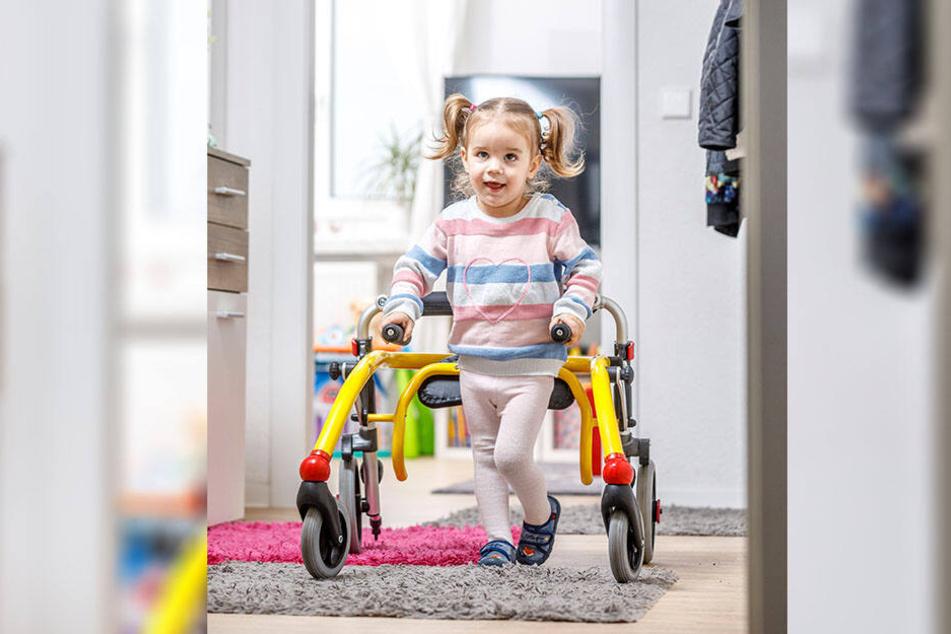Durch tägliches Training mit dem Rollator kann die kleine Elena (2) schon besser laufen.