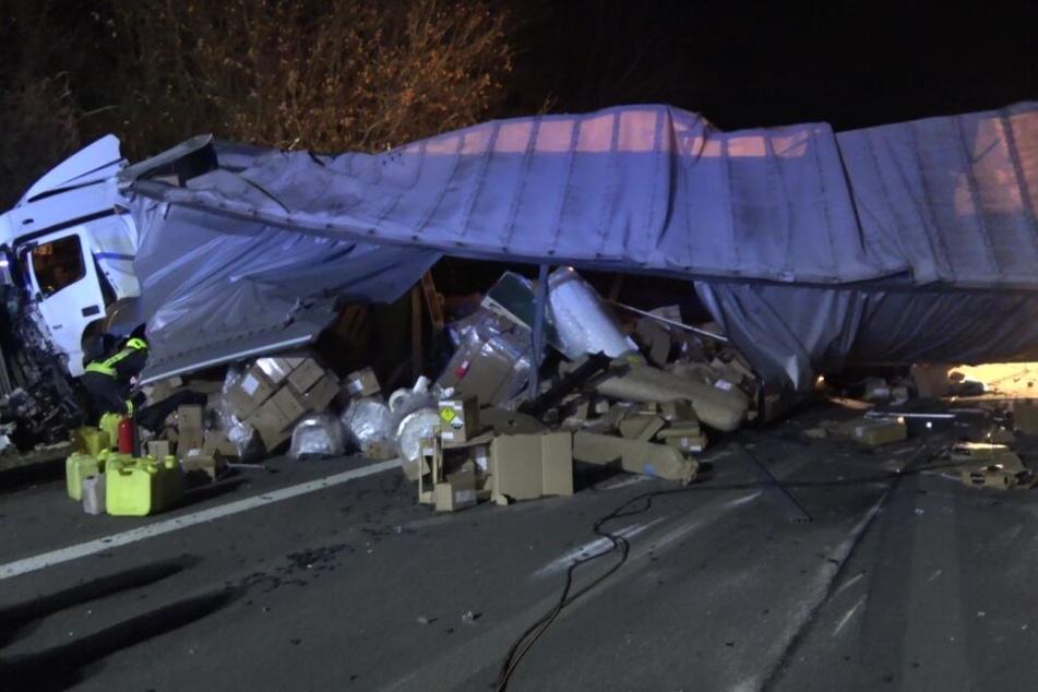 Einer der beiden Lastwagen krachte in die Lärmschutzwand und verlor Teile seiner Ladung.