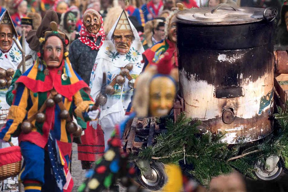 Die Frau soll in dem Kessel mit dem kochend heißen Wasser gehalten worden sein. (Symbolbild/Foto des Kessels)