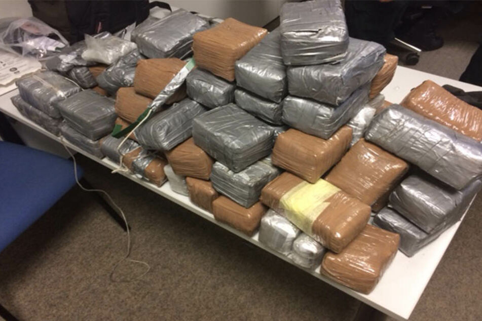Die insgesamt 86 Drogenpakete mit Haschisch und Kokain waren mit Folie umwickelt.