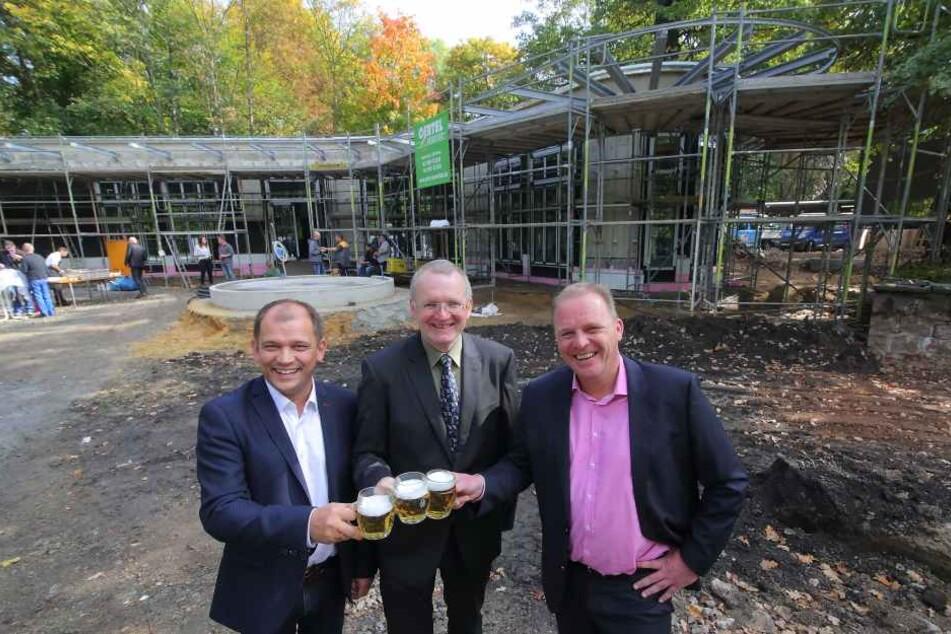 Jeffrey Pötzsch, Geschäftsführer der ElbeZeit GmbH, Dresdens  Ordnungsbürgermeister Detlef Sittel (CDU) und Zoochef Karl-Heinz Ukena (re.)  beim Richtfest.