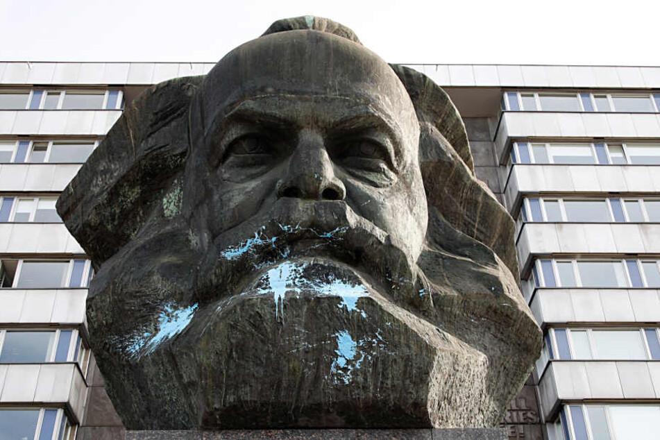 Die Farbe traf vor allem den Bart von Karl Marx.