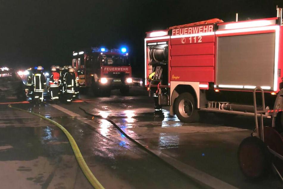 Feuerwehrleute sichern die Unfallstelle.
