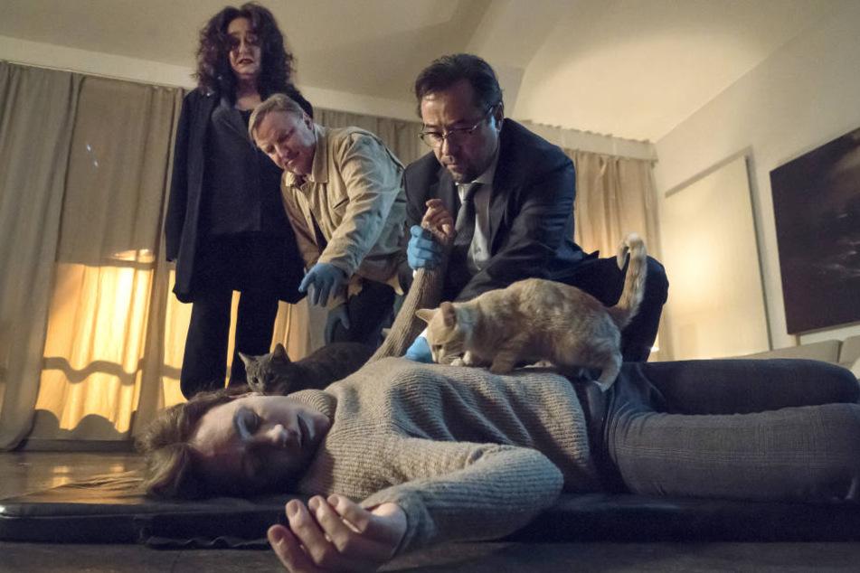 Patrizia Merkens (Lilia Lehner), die Nachbarin von Staatsanwältin Wilhelmine Klemm (Mechthild Großmann), liegt plötzlich mit Genickbruch in ihrer Wohnung.