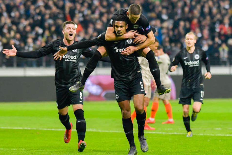 Pure Freude bei der Eintracht: Luka Jovic (Li.), Sebastién Haller (mit Mijat Gacinovic auf dem Rücken) und Sebastian Rode bejubeln den Achtelfinal-Einzug.